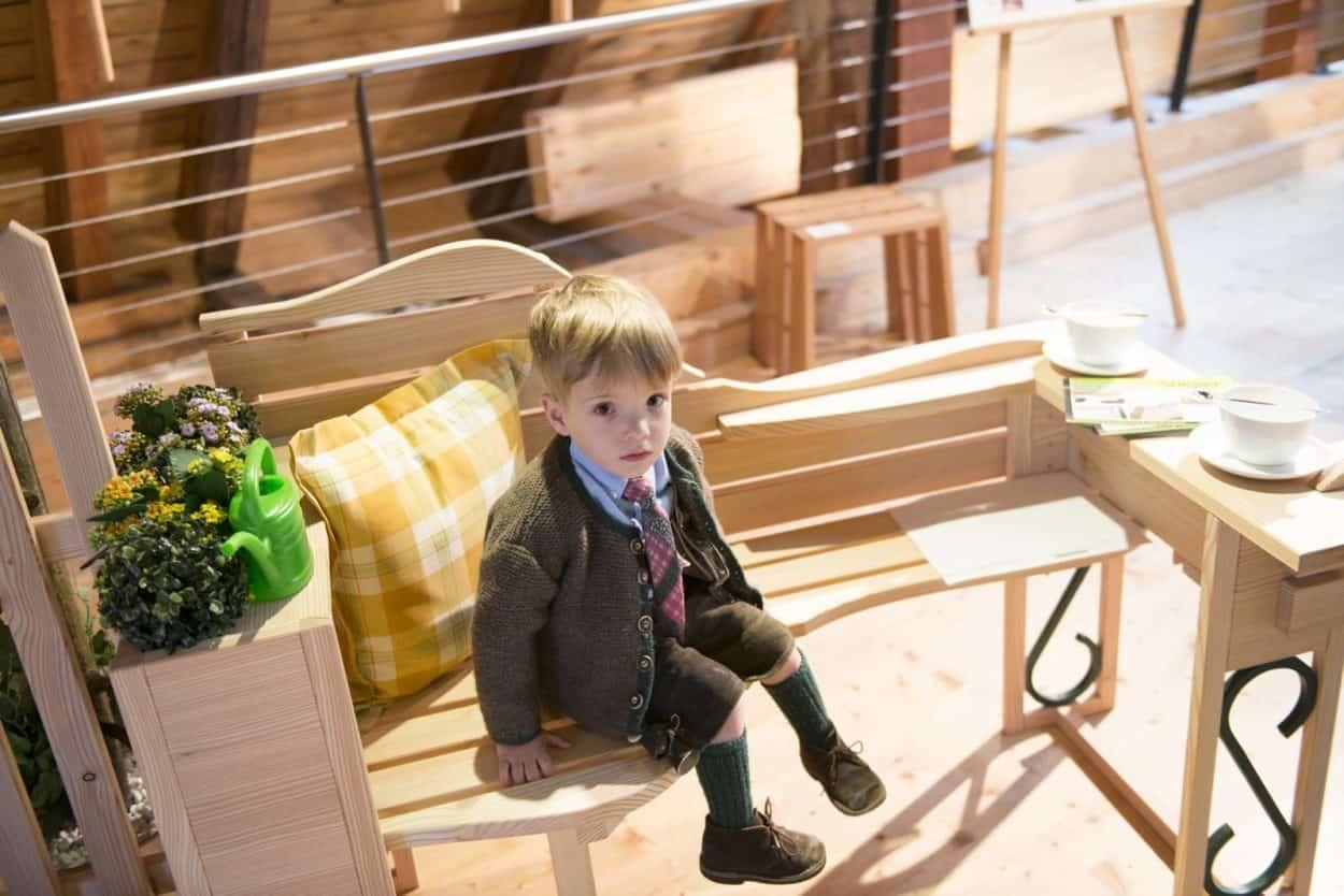 MS15 SitzGelegenHeit beim Meistersommer im HAndWerkHaus die Truefoebenk des Goiserer Tischlers Norbert Stieger Foto Wolfgang Satdler